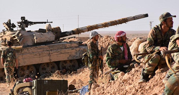 Tropas gubernamentales sirias en las afueras de Deir Ezzor